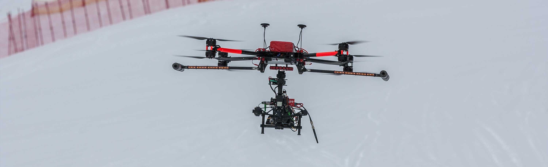 Filmaufnahme mit Drohne im Schnee